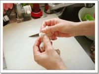 [画像]まず皮を取り除き、お腹のすじを切ります。